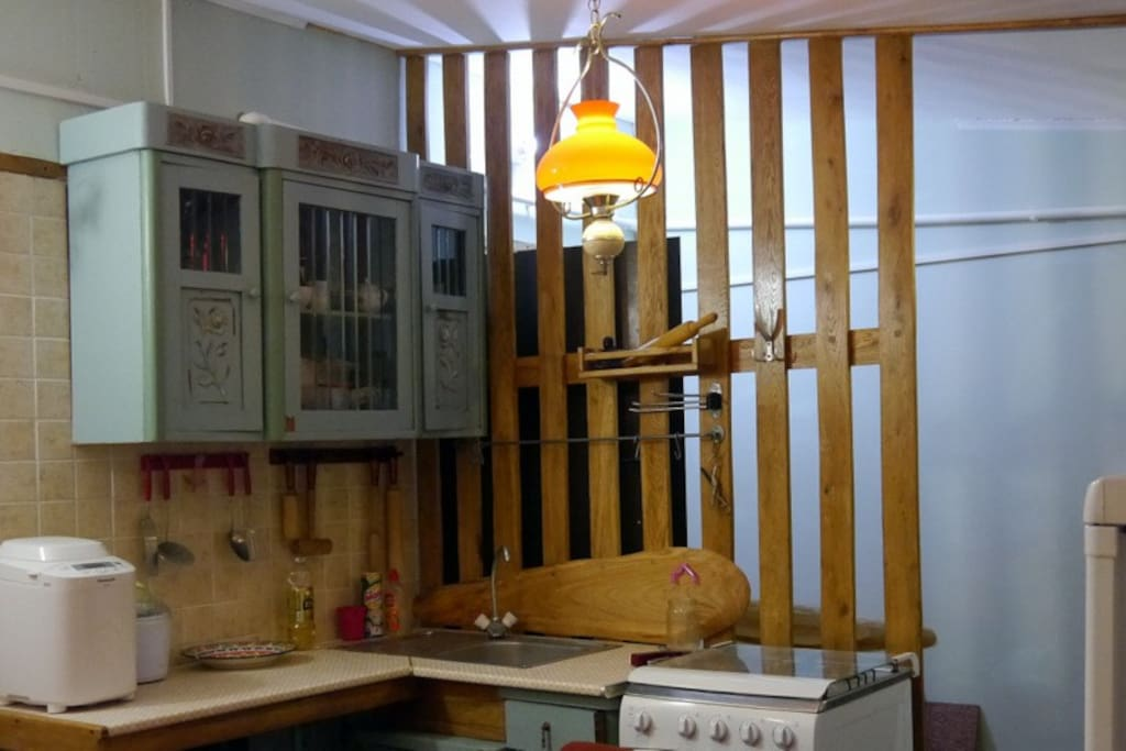 Небольшая кухня, оборудованная газовой плитой, холодильником, электрочайником.