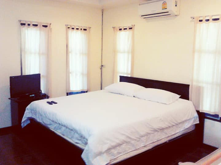 Village Studio CC 5, 1.5 km to Bangtao Beach.