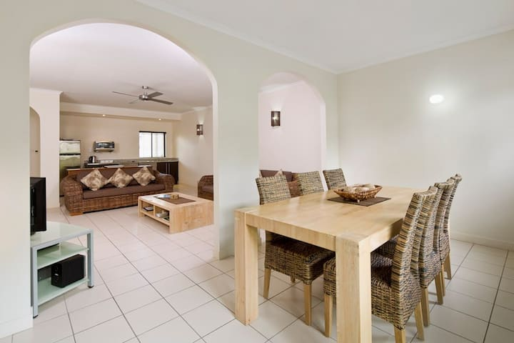 1 bed courtyard apartment - FREE WIFI-4 POOLS -