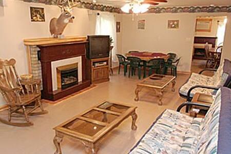 3 BR House, Sleeps 14, Full Kitchen - Haus