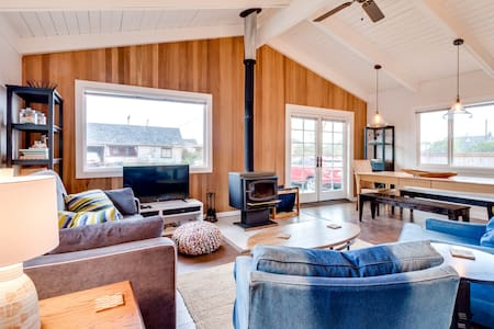Bright beach cottage w/ firepit, grill, & deck in the backyard. (MCA #328)