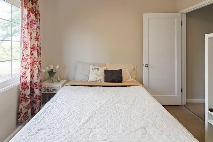 San Francisco East Bay room w queen bed