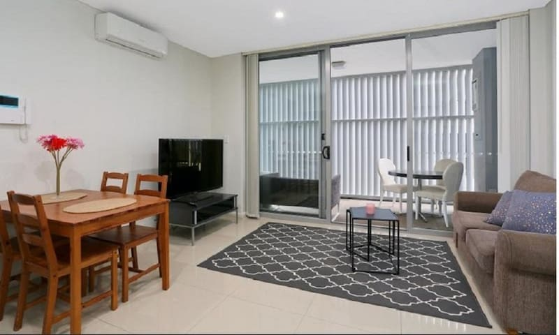 Parramatta Modern Apartment Opp Westfield & Train