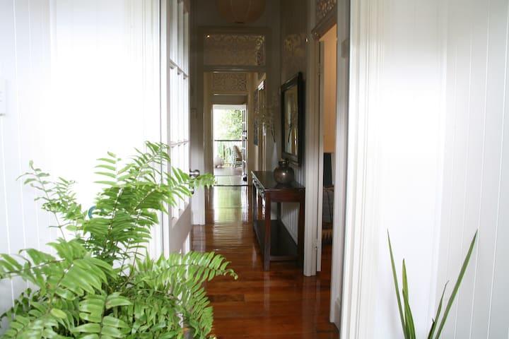Airbnb West End Hideaway hol accom