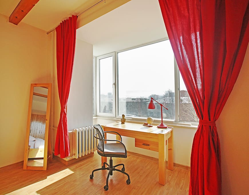 The property is on the 3rd floor of this desirable 40K building benefiting from lots of natural light.