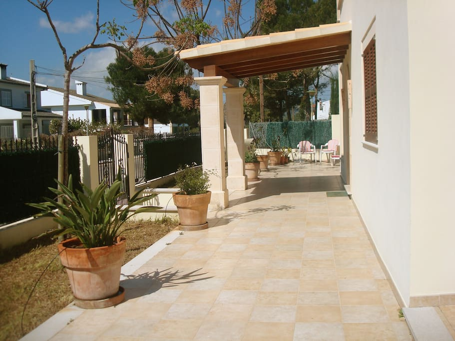 Terraza, jardín entrada.