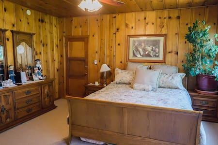 Mary Jane's Room at Barlocker's Rustling OaksRanch - 萨利纳斯(Salinas)