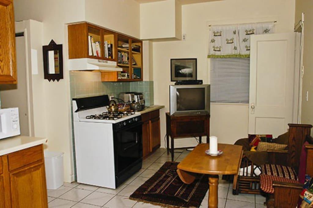 Tiny studio apartment 94 walk score apartments for rent for Very small studio apartment ideas