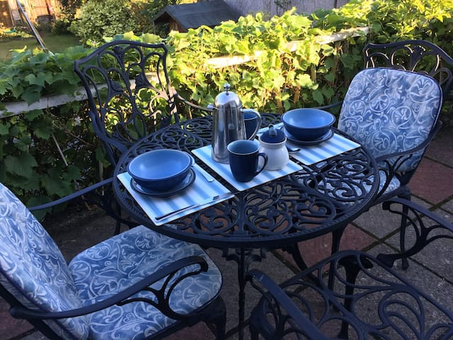 North Cardiff - double room, fresh bread & coffee
