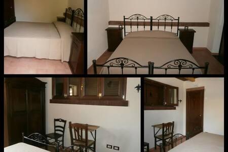 BELLISSIMA CASA INCANTATA NEL BOSCO - Gimigliano - 家庭式旅館