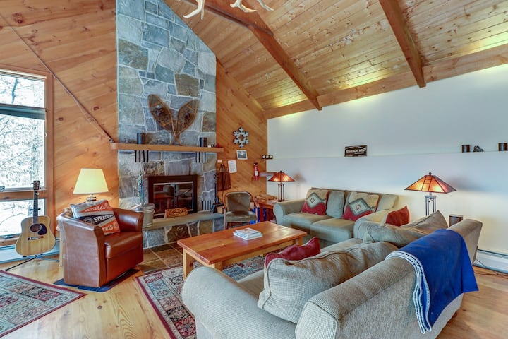 Beautiful mountain cabin w/private hot tub - near skiing