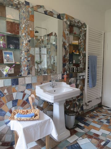 Großes helles Zimmer, eigenes Bad, - Nuernberg - House