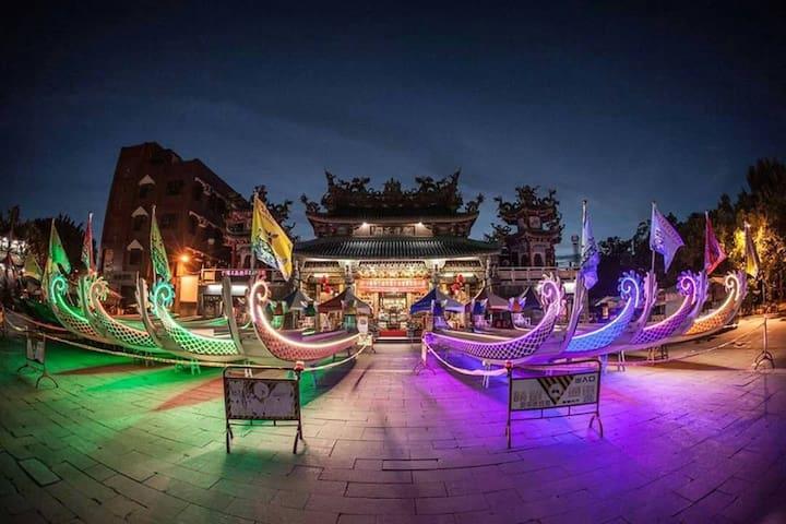 台南慶端午來啦!每年的端午節,台南安平河畔總是最熱鬧的,現場不但有精彩又刺激的國際龍舟賽,周邊還有精采絕倫的街頭表演及周邊體驗活動,更重要的是,台灣傳統夜市小吃,環繞整個河畔,讓你不怕餓肚子。我們將提供大家,最新最豐富的周邊活動資訊,讓你不怕沒得玩,只怕你不來玩,我們在安平河畔等你喔! 圖文: 臺南市國際龍舟錦標賽TAINAN IN'TL DRAGON BOAT CHAMPIONSHIPS