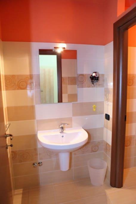 Antibagno con lavabo e asciugacapelli