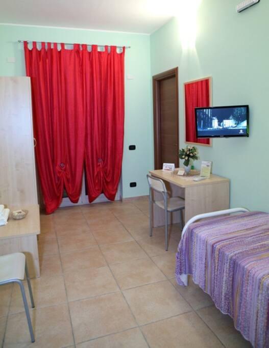 Camera Verde con letto singolo (vista porta d'ingresso)