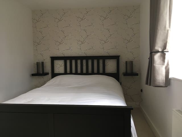 Modern double room in Eastleigh - private bathroom