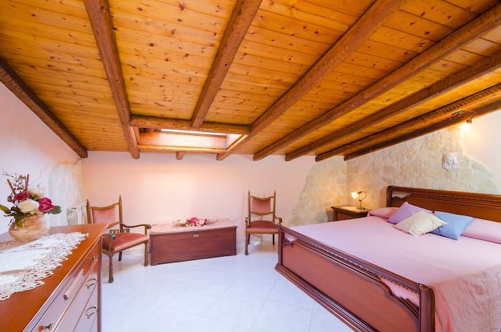 Double bed on the second floor, with the original ancient stones.