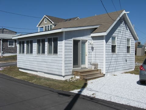 Cozy & Bright Cottage With Private Beach-NEW BEDS!
