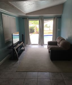 Private queen bed & kitchen - Pinellas Park