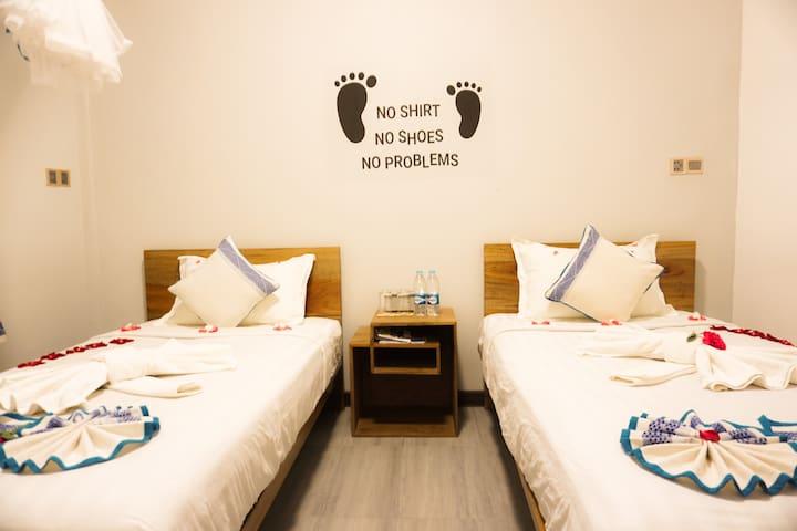 Cozy Twin Room (shared bath) - 3 min walk to beach