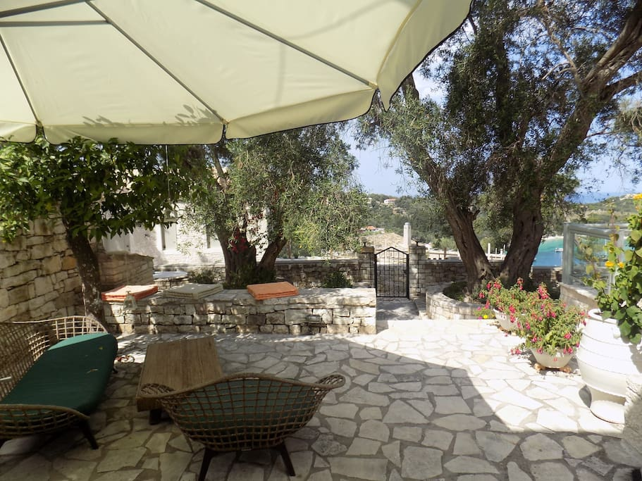 Η υπέροχη αυλή!-The lovely courtyard!-magnificent view!- Il bel cortile!