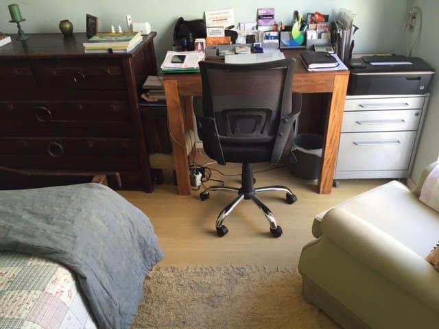 Quarto Cômoda e mesa de trabalho