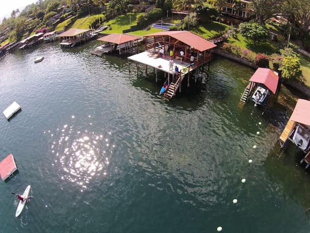 Beautiful house in a beautiful lake - Lago de Coatepeque - Huis