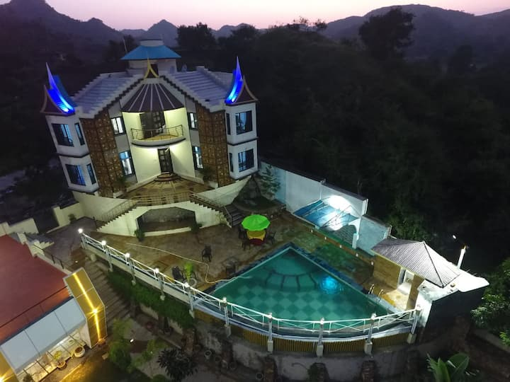 Luxury 5 star 5 br home with Pool & Stunning View