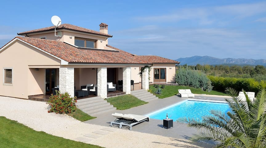 Luxurious Contemporary Villa, large heated Pool