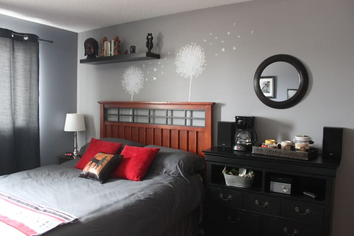 QUIET & COZY SPACE CLOSE TO YYC AIRPORT - Calgary - Casa