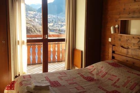 """Le Gîte -3- La campanule """"lit double"""" - Châtel - Bed & Breakfast"""