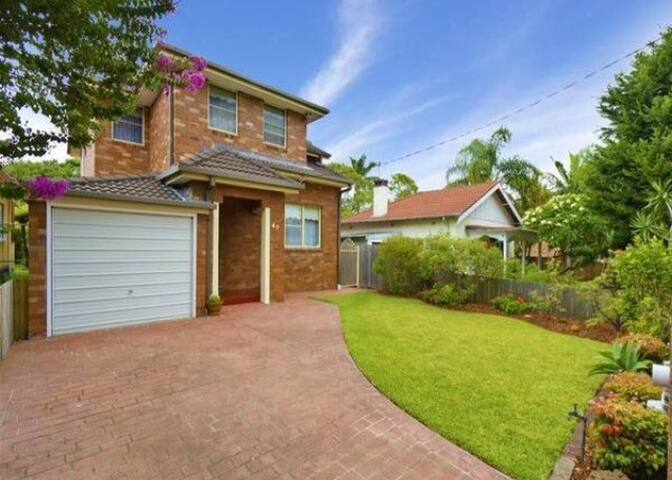 Spacious Family Home In North Manly Near Beaches - North Manly