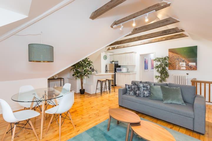 2 BDRM + 5 Beds (2 Sofa) + Parking - Designer Loft