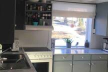 Koselig kjøkken med god benkeplass og kjøkkenbord