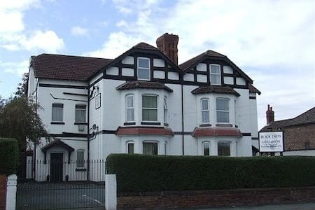 Black Lions Guest House Birkenhead  - Birkenhead - Bed & Breakfast