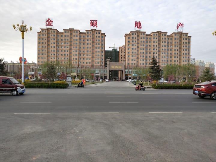 丹霞东路距离高铁站300米左右,6室2厅2卫一厨9床,精装复式星级电梯房,