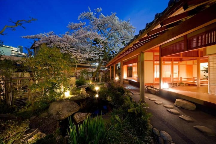 A Relaxing Stay at a Historical Hot Spring Ryokan Hotel in Arima(a twin room, up to two people)歴史的木造建築の旅館,景観は庭のツイン【2名定員】