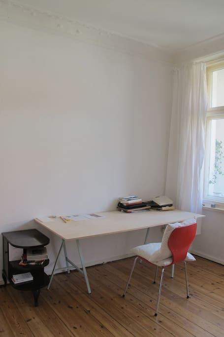 your room (desk)/ dein Zimmer (Schreibtisch)
