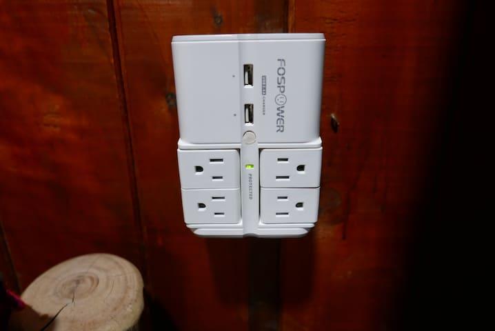 TODOS los dormitorios incluyen el fospower. Tiene cuatro enchufes y dos de usb.