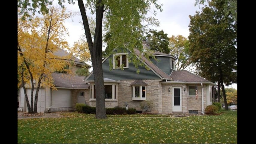 US OPEN ERIN HILLS - BEAUTIFUL OKAUCHEE LAKE HOME - Oconomowoc