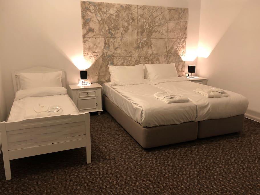 Queen bed (160x200)  Single bed (85x200)