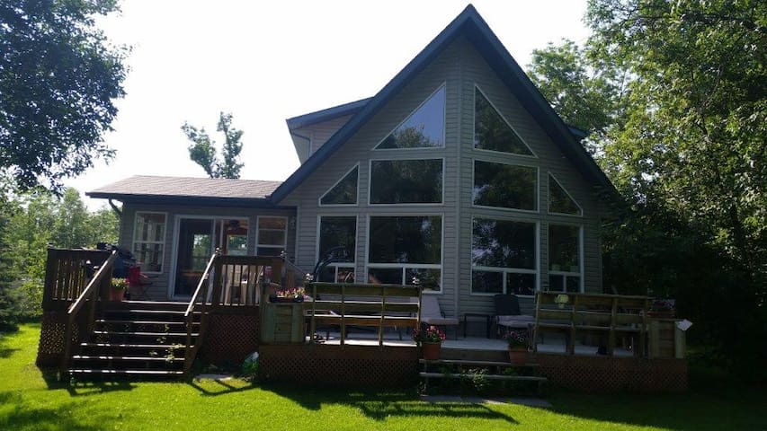 Gimli - Furnished, private lakefront home