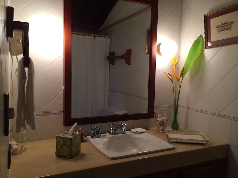 Baño Habitación Principal / Bathroom Double Room
