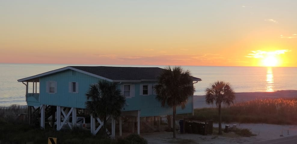 OCEAN FRONT, FENCED YARD, PET FRIENDLY,