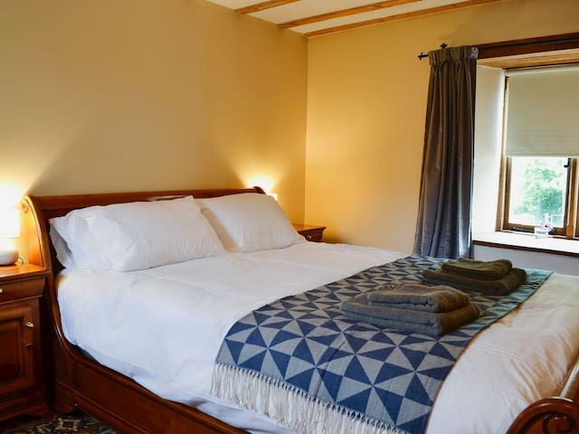 Ground floor double bedroom with king size bed.