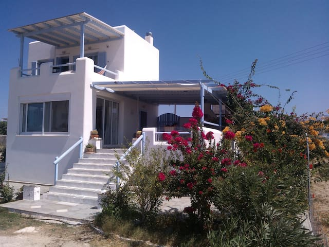 Cycladic style villa Myrto at Pyrgaki - Naxos - Huis