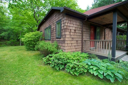 Streamside Cottage walk to Town - Woodstock - Casa
