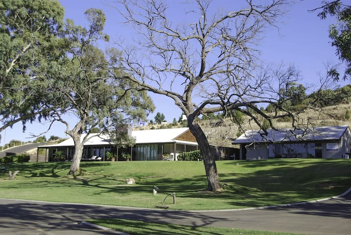 Stunning 5 bed. Riverfront Home in Mannum