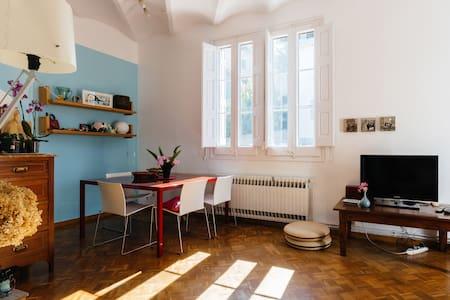 Habitación con terraza, en casa modernista