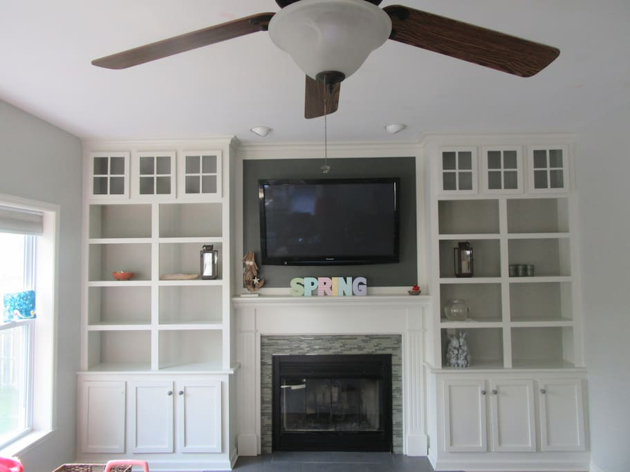 52 Inch TV. Wood Fireplace. Newly Renovated Built in Shelving.